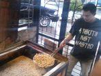 pramusaji-roti-ketawa-sambo-menggoreng-di-tempat-penjualan-jalan-sangnaualuh-jumat-2362017_20170623_212959.jpg