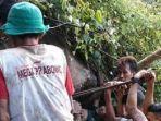 proses-evakuasi-pencari-pohon-serut-ahmad-satiri-alias-ambon.jpg