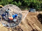 proses-pembersihan-batu-dan-lumpur-sisa-longsor.jpg