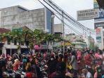 Penerima Bantuan Langsung Tunai Membeludak di Bank BNI Lubukpakam hingga Polisi Turun Membubarkan