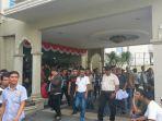 ratusan-massa-keluar-dari-gedung-hotel-sulthan-darussalam-sabtu-1182018-sore_20180811_173419.jpg