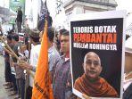 ratusan-umat-muslim-melakukan-aksi-unjuk-rasa-rohingya_20170906_143525.jpg