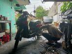 rauddin-mekanik-sepeda-motor-ketika-melakukan-servis-sepeda-motor-sabtu-1192021.jpg