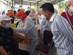 rektor-usu-muryanto-amin-sedang-memantau-vaksinasi-covid-19.jpg