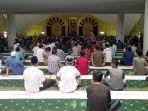 salat-jumat-di-masjid-agung-thaf-sinar-basarsyah.jpg