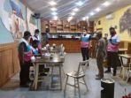 satgas-covid-19-kota-medan-bubarkan-pengunjung-di-cafe-gateau.jpg