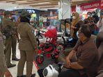 satpol-pp-saat-mengimbau-pemilik-toko-untuk-meninggalkan-area-centre-point-mall.jpg