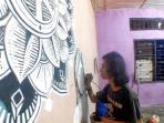 satu-anggota-sotardok-art-melukis-mural-tribun_20160607_111611.jpg