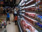 seorang-ibu-dan-dua-anaknya-sedang-berbelanja-bahan-minuman-produk-susu.jpg