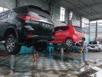 seorang-karyawan-sedang-membersihkan-mobil-di-pinto-carwash.jpg