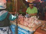 seorang-pedagang-ayam-sedang-melayani-pembeli-di-pasar-sikambing-kamis-692018_20180906_161148.jpg