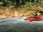 seorang-pegiat-olahraga-kayak-saat-mengarungi-arus-deras-di-sungai-bingai.jpg