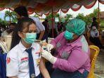 seorang-pelajar-saat-mengikuti-vaksinasi-di-smp-negeri-4-medan-senin-2792021.jpg