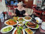 seorang-pengunjung-mencicipi-beragam-menu-di-rasa-kita-seafood.jpg