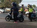 seorang-petugas-polisi-menendang-pengendara-di-cikupa.jpg