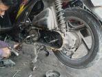 sepeda-motor-matic-yang-sedang-di-ganti-di-salah-satu-bengkel.jpg