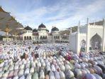 sholat-berjemaah-di-masjid-dan-halamannya.jpg