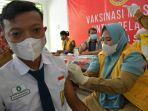 siswa-melakukan-vaksinasi-di-sekolah-menengah-pertama.jpg