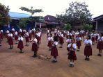 suasana-anak-sekolah-dasar-sd-sedang-melaksanakan-upacara-di-salah-satu-sekolah-di-sumut.jpg