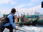 susi-pudjiastuti-melihat-penenggelaman-13-kapal-nelayan-pencuri-ikan.jpg