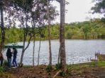 tiga-pengunjung-bercengkerama-di-tepi-danau-sicike-cike-di-taman-wisata-alam-sicike.jpg