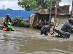 trending-topic-banjir-jakarta-warga-kocak-bikin-video-lucu-mandi-banjirlink-pantau-banjir-hari-ini.jpg