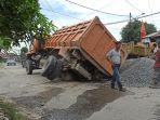 truk-pengangkut-kerikil-terperosok-akibatkan-aspal-jalan-luku-i-amblas.jpg