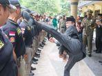 walikota-mataram-ahyar-abduh-menguji-fisik-anggota-polisi-pamongpraja_20180119_222052.jpg