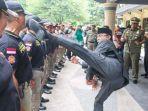 walikota-mataram-ahyar-abduh-tendang-anggota-polisi-pamongpraja_20180120_163518.jpg