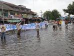 warga-belawan-unjuk-rasa-di-tengah-genangan-banjir-rob.jpg