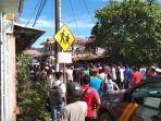 warga-berkumpul-usai-terjadi-ledakan-di-kota-sibolga-jalan-cenderawasih.jpg