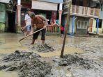 warga-kampung-aur-kecamatan-medan-maimun-membersihkan-rumahnya.jpg