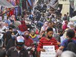 warga-mengunjungi-pasar-musi-di-depok.jpg
