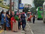 warga-saat-menunggu-bus-trans-metro-deli-di-depan-bank-indonesia.jpg