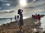 wisatawan-saat-berfoto-di-pantai-saiti-di-nias-utara.jpg
