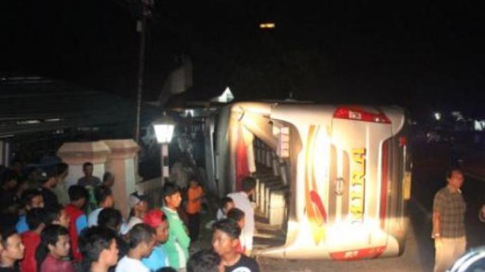 Bus Mira Terbalik di Ngawi Usai Hindari Motor