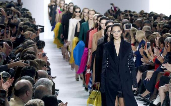 Dior Hadirkan Setelan Kerja Perempuan Pebisnis