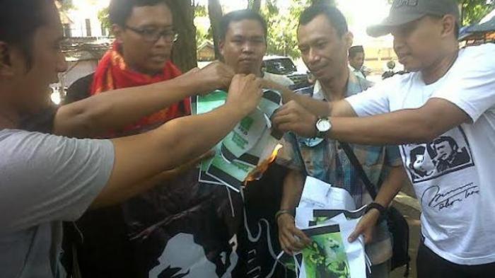 Fans Rhoma Irama Bakar Lambang PKB