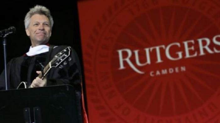 Jon Bon Jovi Bermain Gitar di Pidato Wisuda Universitas Rutgers