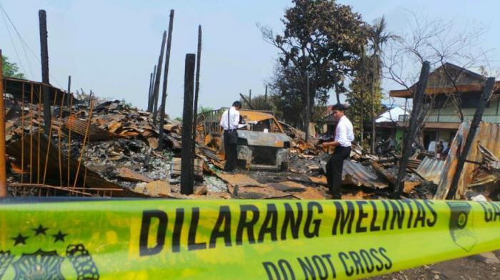 Warga Masih Ramai Menyaksikan Sisa Kebakaran