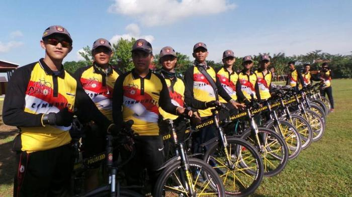 Keren! Polisi-polisi Ganteng Ini Masuk Kampung Naik Sepeda
