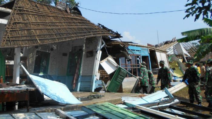 Angin Kencang Hancurkan Rumah dan Sekolah di Takisung