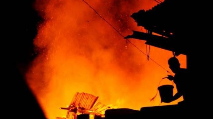 Lumbung Padi Terbakar, Pemilik Asyik Simak Perhitungan Suara Pilpres