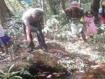 di-kolam-inilah-jenazah-uwik-alias-mama-erin-dan-dua-anaknya-ditemukan_20160822_155327.jpg