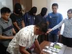 polisi-memperlihatkan-tiga-tersangka-pengedar-narkoba_20160804_162712.jpg