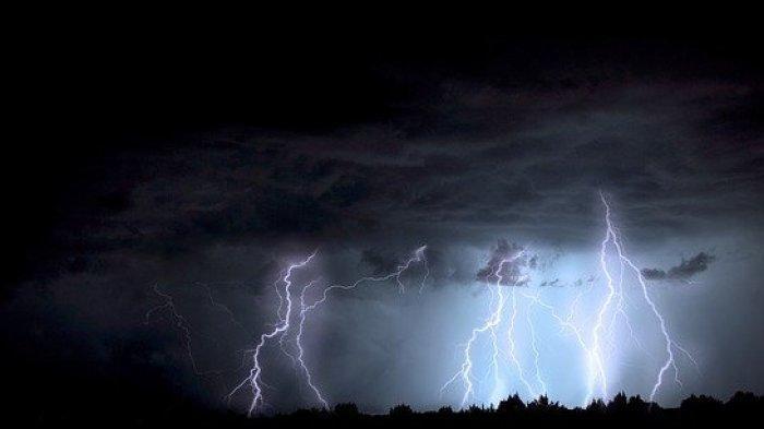 PERINGATAN BMKG Cuaca Ekstrem di 17 Wilayah Akhir Pekan Sabtu 20 Februari, Hujan Petir Angin Kencang