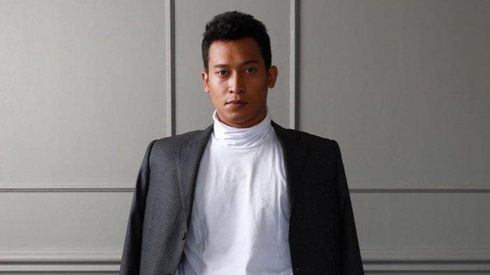 Ade Firman Hakim adalah seorang aktor, dikenal pada film yang berjudul Midnight Show (2016), Soekarno (2013) dan Guru Bangsa Tjokroaminoto (2015). (Instagram.com/adefirmanhakim)