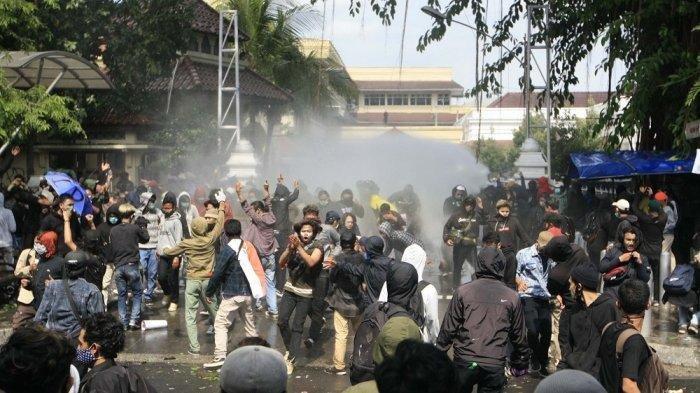Massa aksi unjuk rasa menolak UU Omnibus Law dari berbagai elemen terlibat kericuhan dengan aparat keamanan di depan DPRD DI Yogyakarta, Kamis (8/10/2020).
