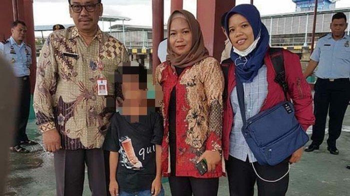 B (8) anak kleptomania saat didampingi petugas Dinsos Nunukan untuk dikirim ke Bambu Apus Jakarta pada Desember 2019 (Dinsos).