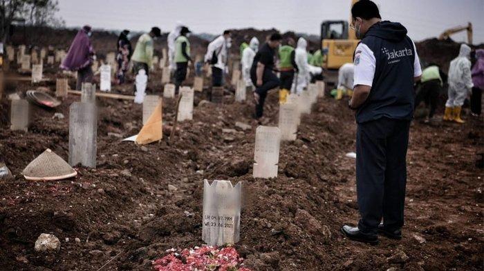 Anies Baswedan lihat langsung pemakaman korban Covid-19